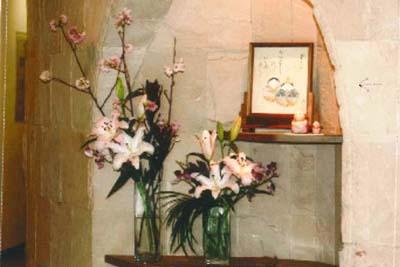 玄関の生花と雛人形
